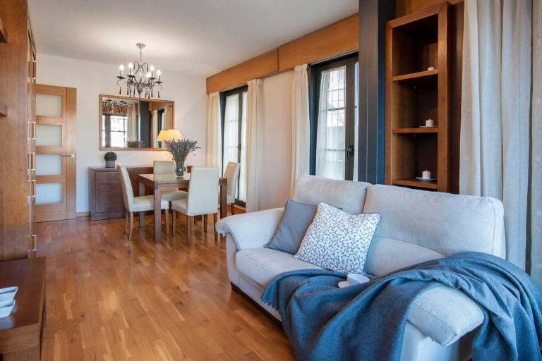 Detalle del sofá y los muebles del salón