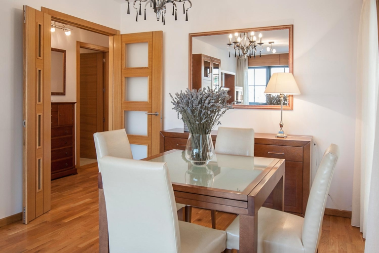 Mesa de comedor plegable con sillas de piel beigue