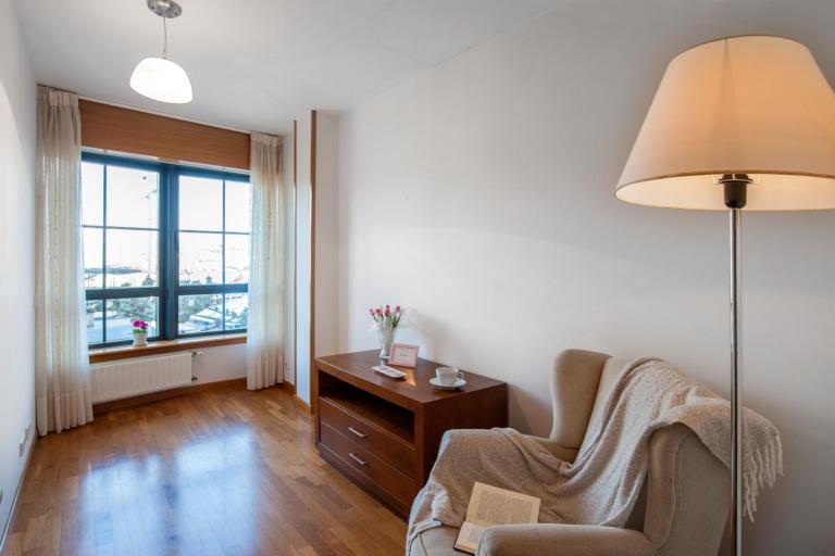 Sofá y lámpara de lectura en estudio con vistas al mar