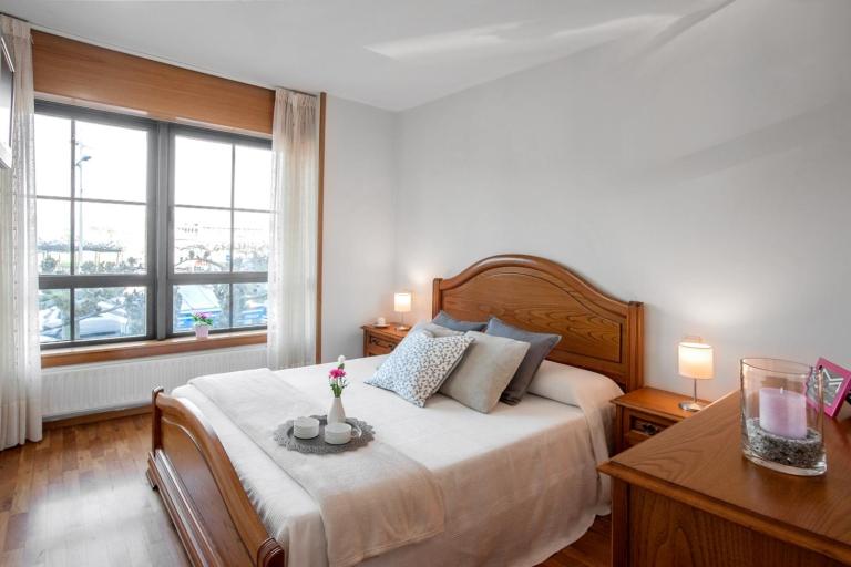 Dormitorio con muebles en madera noble y vistas al mar