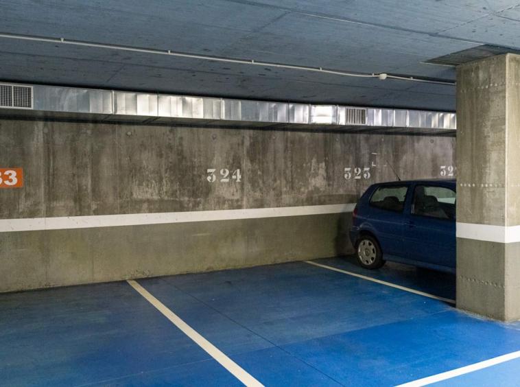 Plaza de garaje 324 asociado a bajo de Costa Dulce en Sada_suelo azul y paredes de hormigón