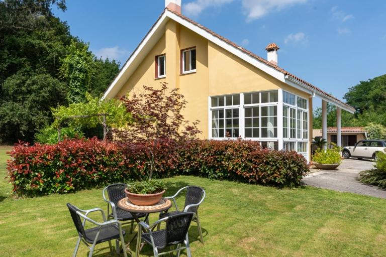 Jardín con mesa y sillas en día soleado