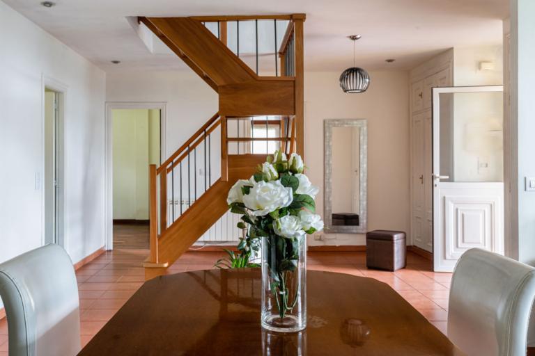 Recibidor y escalera de acceso a la planta superior