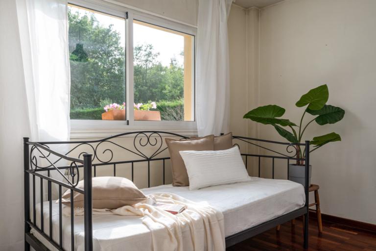 Sofá cama en dormitorio