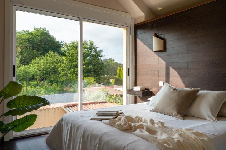 Vistas al jardín desde la cama del dormitorio principal