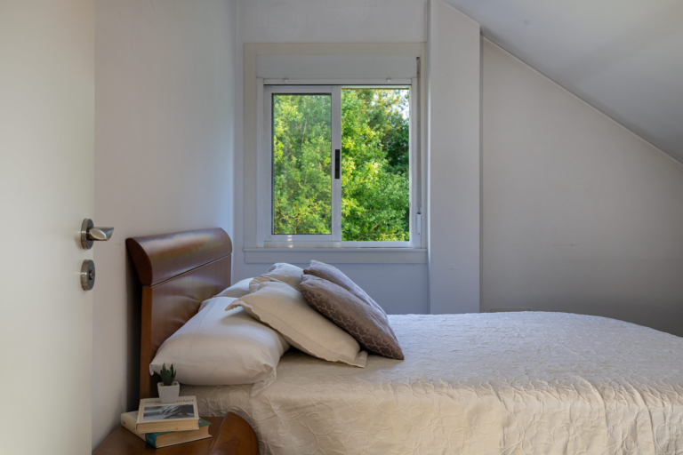 Cama y vistas al jardín desde el dormitorio abuhardillado