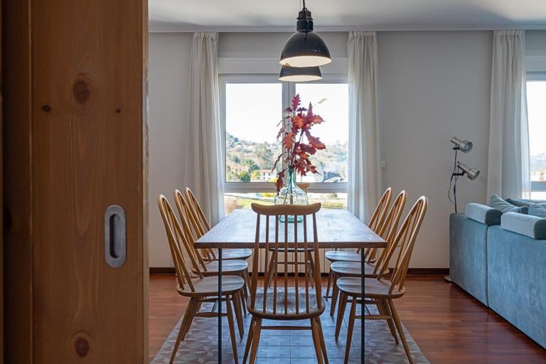 Detalle de la mesa y sillas del comedor
