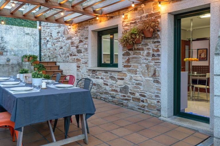 Mesa en terraza con suelo de gres y acceso directo a la cocina