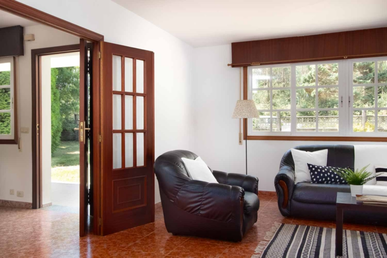 Detalle de los sofás del salón y acceso desde el recibidor
