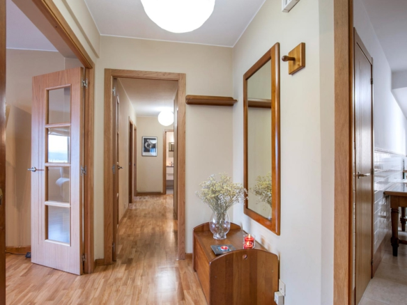Vista del pasillo y entradas a salón y cocina