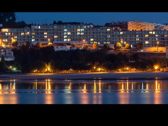 Edificio Costa Dulce en Sada_ fotografía nocturna_ playa