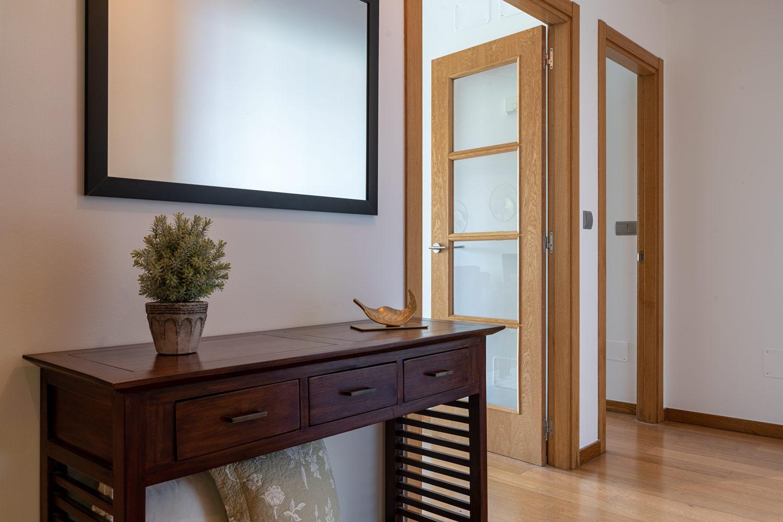 Recibidor y puertas hacia el salón comedor y la habitación principal_tarima de roble_bajo Costa Dulce Sada