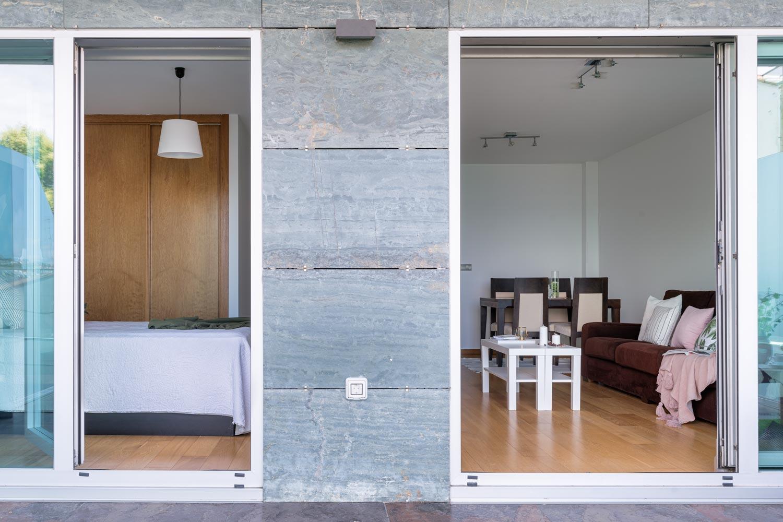 Fotografía a fachada desde terraza en bajo Costa Dulce_ Accesos a dormitorio principal y salón comedor
