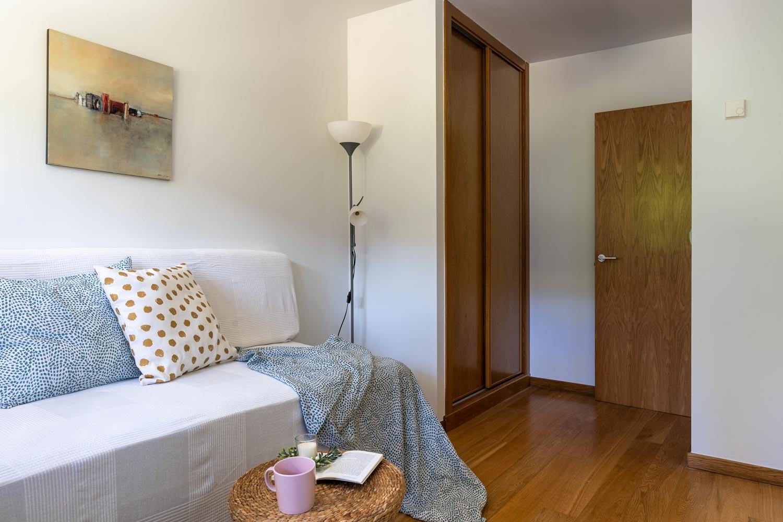 Dormitoirio individual en bajo Costa Dulce Sada_ cojjines verdes y blanco con puntos ocre_mesita de ratán_acceso y armario empotrado