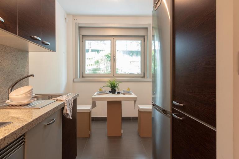 Cocina con muebles y electrodomésticos en acero