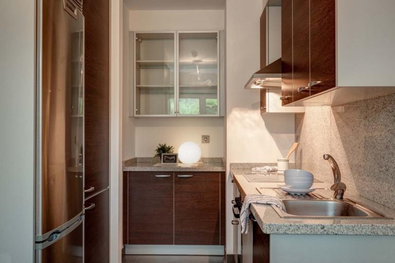 Detalle de los muebles de la cocina y encimera de granito