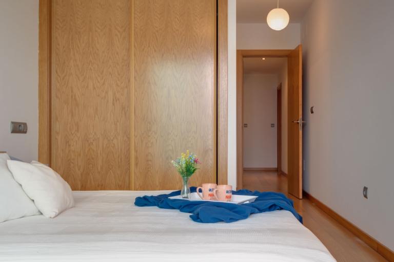 Dormitorio principal con armario empotrado y cama de matrimonio