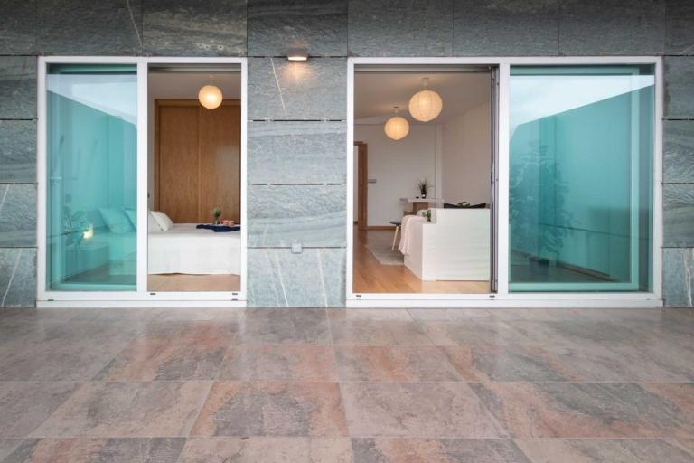 Terraza con acceso por puertas de cristal al dormitorio y al salón