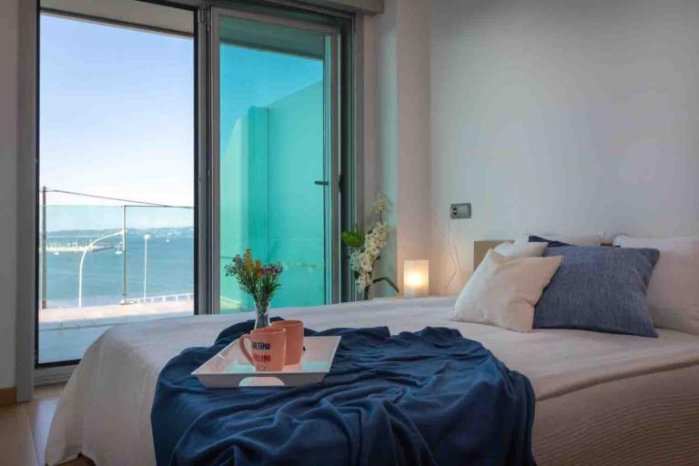 Vistas al puerto de Sada desde la cama del dormitorio principal