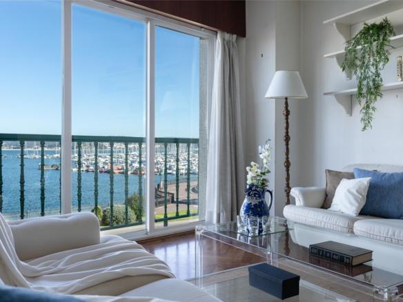 Salón con terraza y vistas al puerto deportivo