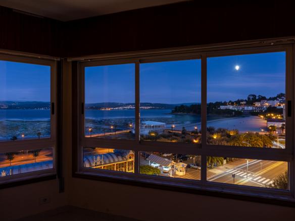 Fotografía nocturna panorámica hacia la playa de sada desde dúplex