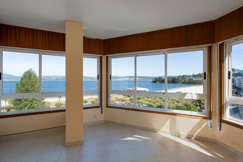 Salón en dúplex con vista panorámica a la playa de sada_ pilar