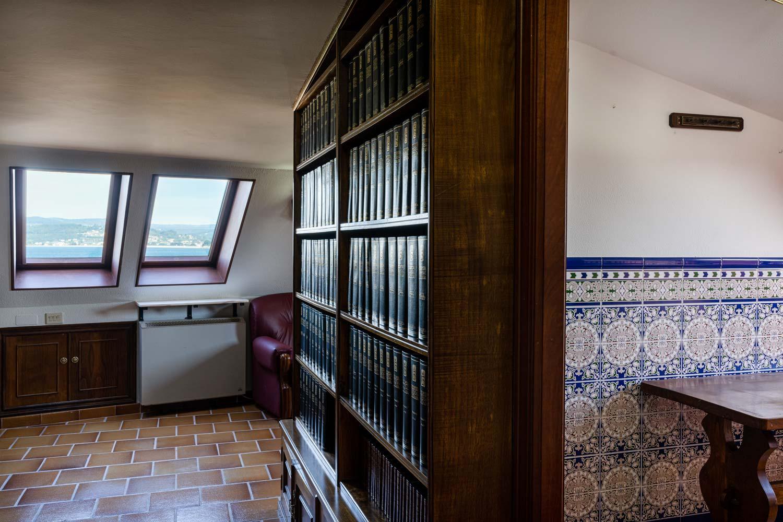 Detalle de biblioteca a medida con velux vistas al mar y armarios a medida en dúplex