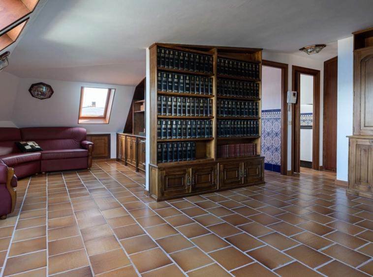Zona de salón comedor en dúplex_abuhardillado_velux_ biblioteca a medida como separador de ambientes