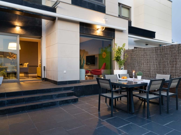 Fachada y terraza exterior en unifamilar Oleiros. Las zonas que comunican con la terraza son el salón y el comedor
