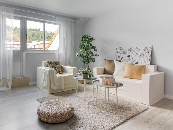 Home Staging completo con muebles de cartón y reales_ Guirnalda de luces sobre la mesa y plantas
