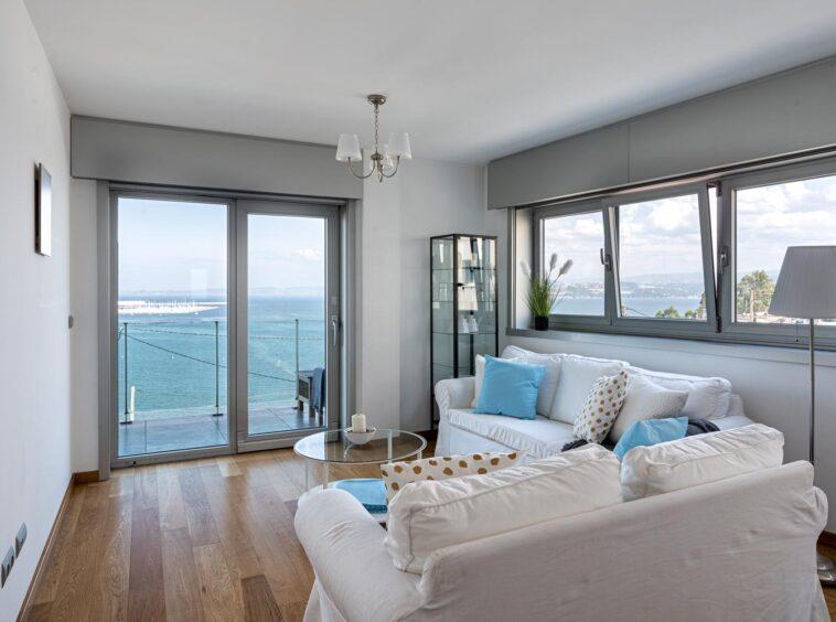 Salón con conjunto de sofás y salida a terraza