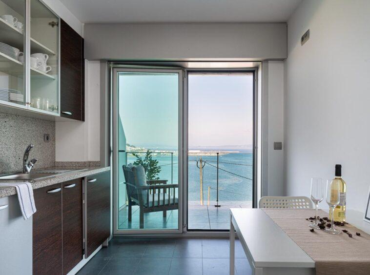 Cocina con acceso a terraza y vistas al mar