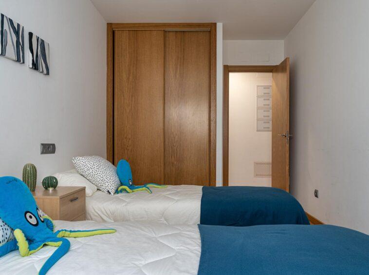Camas gemelas en dormitorio con armario empotrado