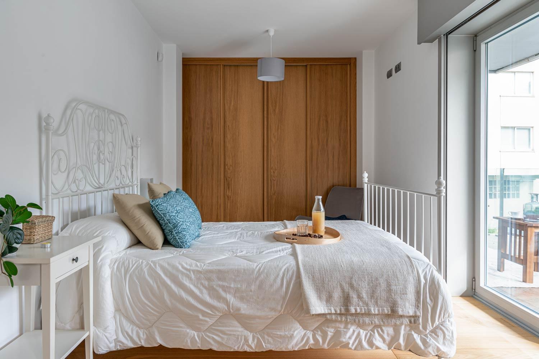 Dormitorio principal con cama de matrimonio y acceso directo a terraza
