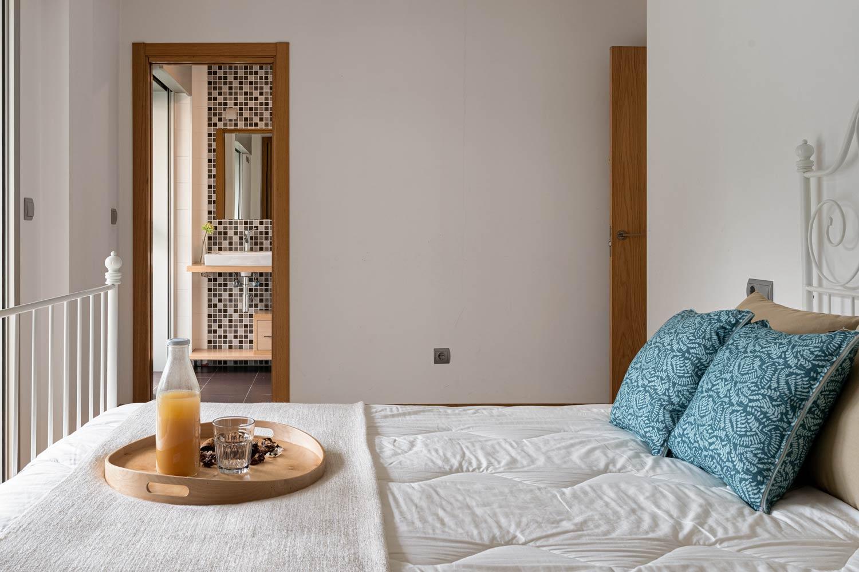 Detalle de cama de matrimonio en dormitorio principal