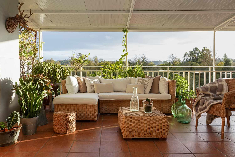 Terraza con sofá con chasilongue