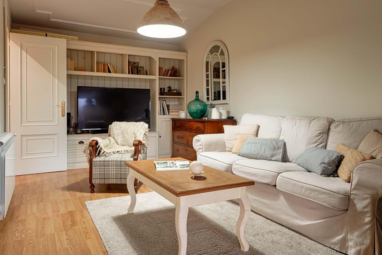 Salón con sofás y librería a medida