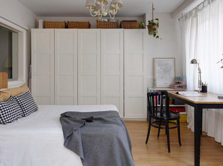 Dormitorio con cama de matrimonio y armario