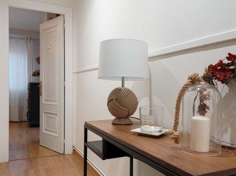 Recibidor con mueble y acceso al dormitorio
