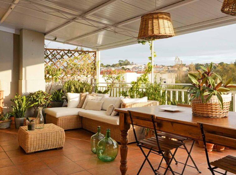 Terraza cubierta con muebles de estilo rústico