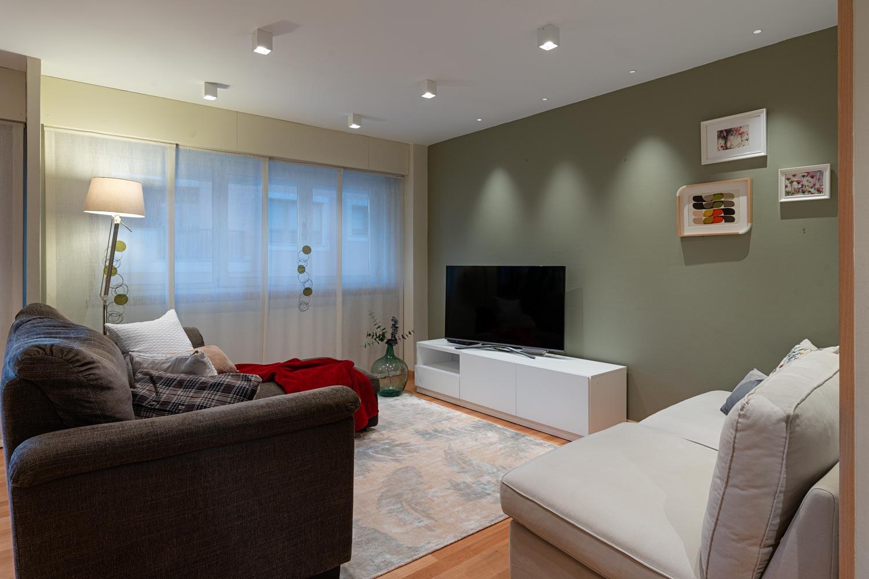 Salón con conjunto de sofás y gran ventanal