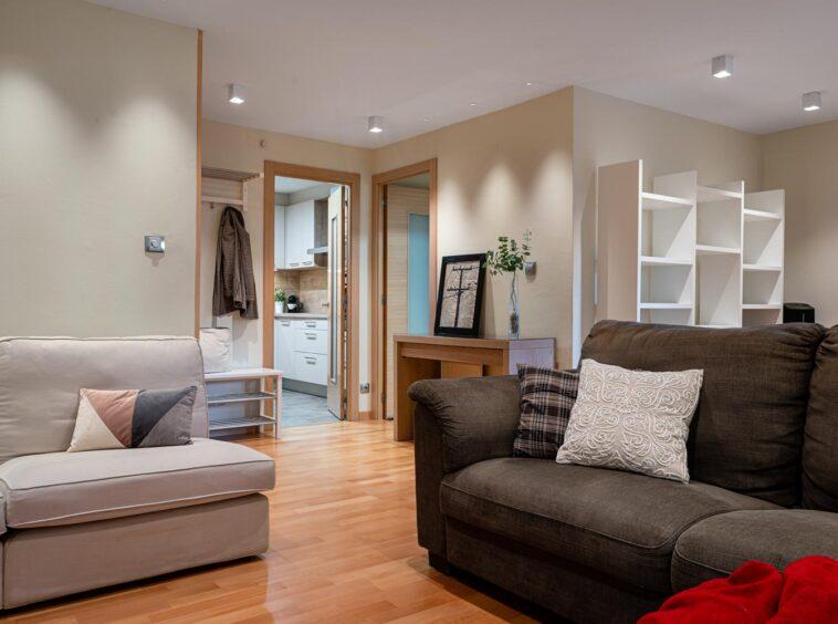 Vista del salón y acceso a cocina y pasillo
