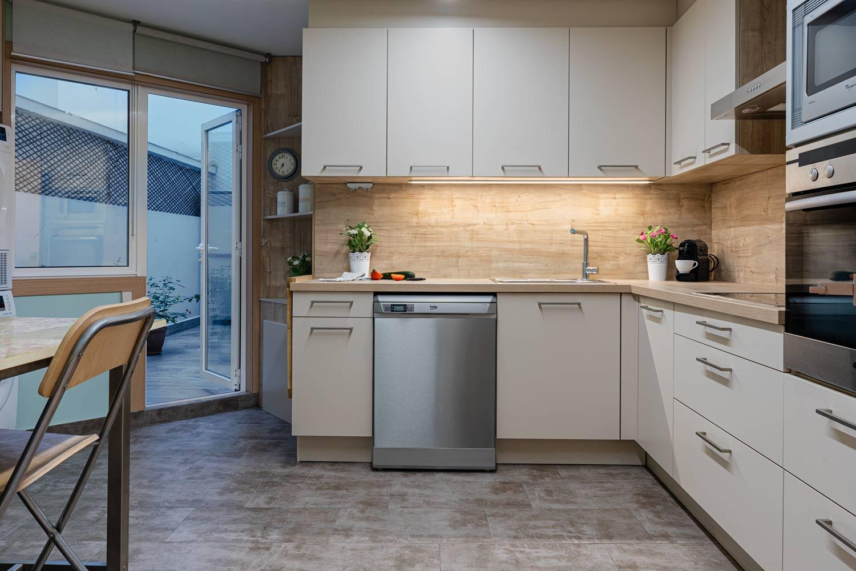 Cocina y acceso a terraza