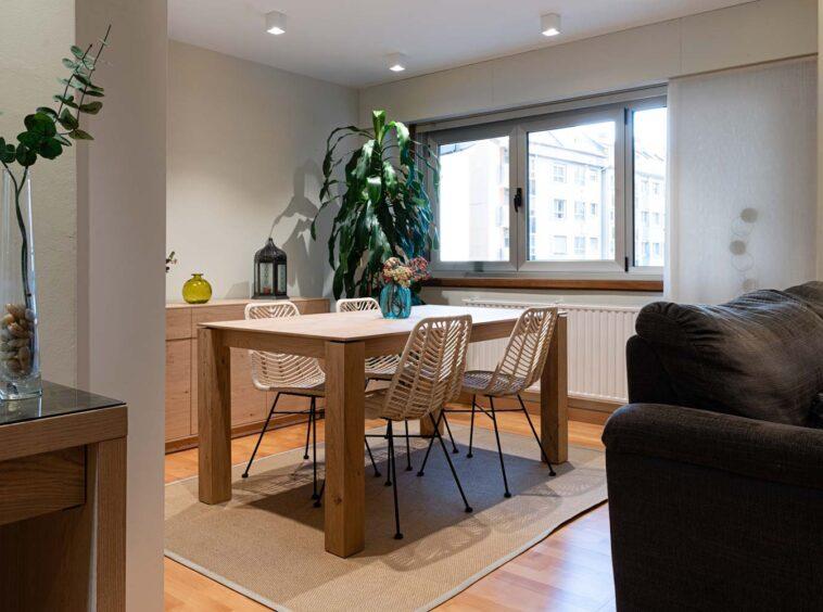 Comedor con mesa y sillas de madera