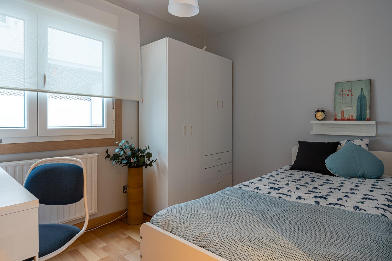 Dormitorio juvenil con muebles lacados
