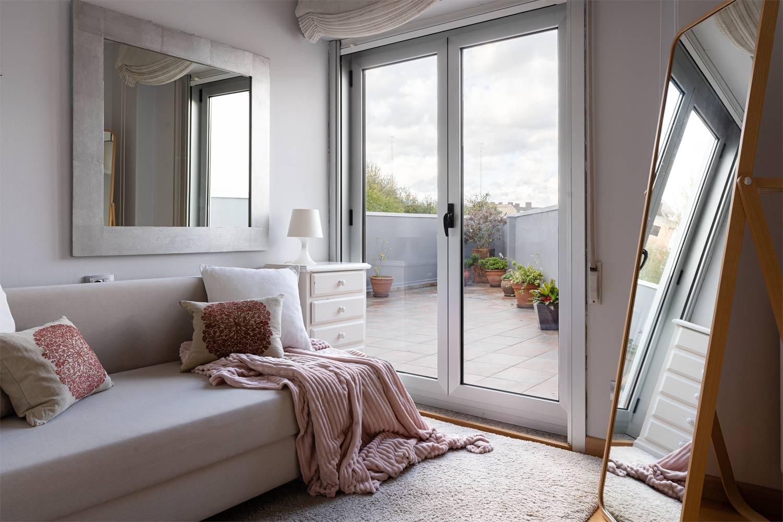 Sala de estar y salida a terraza