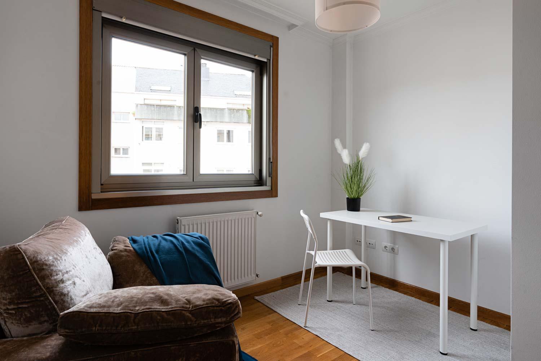 Dormitorio individual usado como despacho en piso Rúa Betanzos_ Escritorio con planta y libro