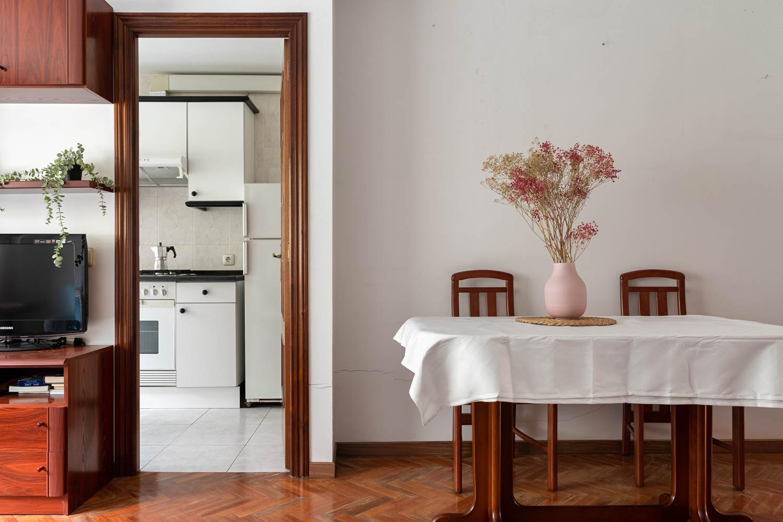 Mesa de comedor y acceso a la cocina