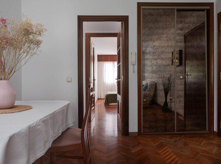 Mueble del recibidor y acceso a la zona de dormitorios