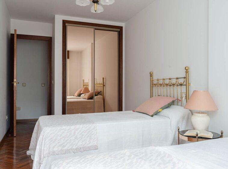 Dormitorio con camas gemelas y armario empotrado